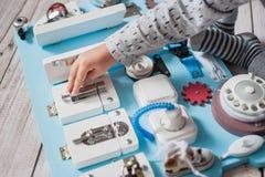 Śliczny berbecia dziecko bawić się z ruchliwie deską w domu Obrazy Royalty Free