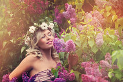 Śliczny blondynka model z Kędzierzawą fryzurą Outdoors obrazy stock