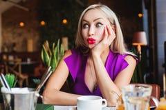 Śliczny blondynki kobiety gawędzenie w restauraci obrazy stock
