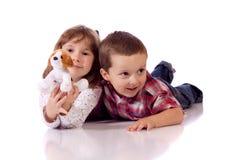 Śliczny młodszy brat i siostra Zdjęcia Royalty Free