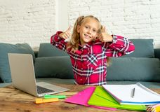 Śliczny caucasian rozochocony podstawowy studencki czuciowy szczęśliwy podczas gdy robić pracie domowej i studiujący na jej lapto fotografia royalty free