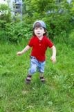 Śliczny chłopiec bieg w lecie outdoors fotografia royalty free