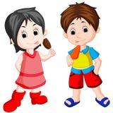 Śliczny chłopiec i dziewczyny łasowania lody Obrazy Royalty Free