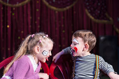 Śliczny chłopiec i dziewczyny działanie jako para z problemami Fotografia Royalty Free