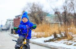 Śliczny chłopiec jazdy rower w zimie, dzieciaki bawi się Fotografia Royalty Free