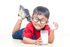 Śliczny chłopiec napoju mleko zdjęcia royalty free