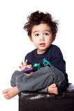 Śliczny chłopiec obsiadanie z urządzeniem przenośnym Zdjęcia Stock