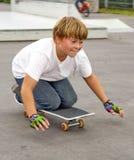 Śliczny chłopiec przepędzanie z jego hulajnoga Obraz Royalty Free