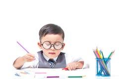 Śliczny chłopiec rysunek z kolorowymi kredkami Obraz Royalty Free