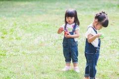 Śliczny dzieciaków 2-3 roczniak Bawić się bąbel w ogródzie Zdjęcie Stock