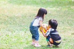 Śliczny dzieciaków 2-3 roczniak Bawić się piłkę w ogródzie Zdjęcie Royalty Free