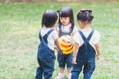 Śliczny dzieciaków 2-3 roczniak Bawić się piłkę w ogródzie Zdjęcie Stock