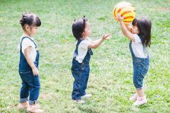 Śliczny dzieciaków 2-3 roczniak Bawić się piłkę w ogródzie Zdjęcia Stock