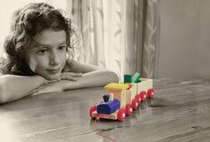 Śliczny dzieciak patrzeje starego drewnianego pociąg selekcyjny koloru styl i selekcyjna ostrość, insparation i chilhood pojęcie obrazy royalty free