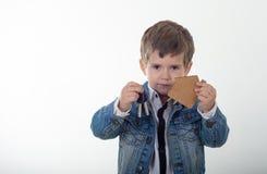 Śliczny dziecka mienia klucz od nowego domu w rękach zakup domu nowego pojęcia obraz stock