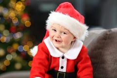 Śliczny dziecko jest ubranym Santa przebranie patrzeje ciebie zdjęcia royalty free