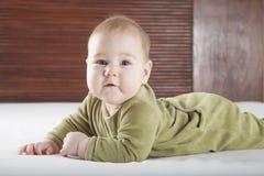 Śliczny dziecko na łóżkowy patrzeć Zdjęcie Royalty Free