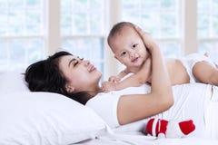Śliczny dziecko palying z jej mamą fotografia royalty free
