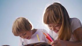 Śliczny dziecko remis z ołówkami zdjęcie wideo