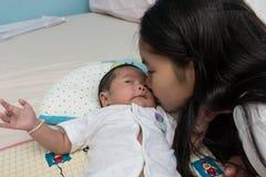 Śliczny dziecko siostrzany całuje jej siostry obraz royalty free