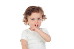 Śliczny dziecko stawiał forefinger wargi jak znaka cisza zdjęcie stock