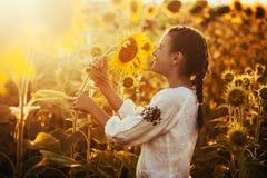 Śliczny dziecko w kwitnie słonecznika polu Obrazy Stock