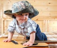 Śliczny dziecko wspina się gitarę w kowbojskim kapeluszu Fotografia Royalty Free