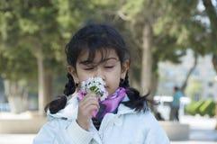 Śliczny dziecko z kwiatami zdjęcia stock