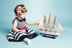 Śliczny dziewczyna żeglarz z wzorcowym statkiem Obraz Stock