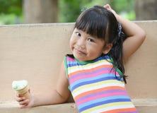 Śliczny dziewczyna azjata lubi jeść lody Obrazy Royalty Free