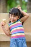 Śliczny dziewczyna azjata lubi jeść lody Zdjęcia Stock