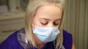 Śliczny dziewczyna mistrz robi manicure'owi zbiory wideo