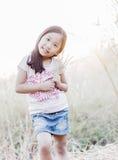 Śliczny dziewczyna uśmiech i kwiat trawa w ręce Zdjęcie Royalty Free