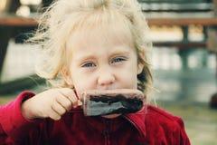 Śliczny dziewczyny łasowania lody fotografia stock