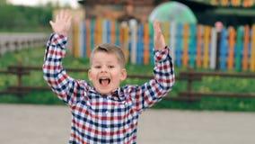 Śliczny emocjonalny chłopiec skakać plenerowy Zwolnionego tempa pojęcie zbiory wideo