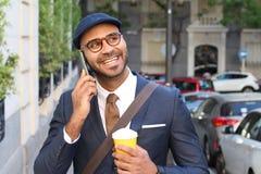 ?liczny etniczny biznesmen dzwoni telefonem outdoors obrazy royalty free