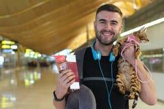 Śliczny etniczny faceta podróżowanie z jego najlepszym przyjacielem obrazy royalty free