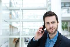 Śliczny facet dzwoni telefonem komórkowym Fotografia Royalty Free