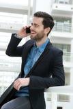 Śliczny facet na telefonie komórkowym indoors Zdjęcie Royalty Free