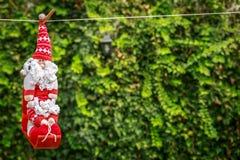 Śliczny i dodatek specjalny Święty Mikołaj obwieszenie na arkanie Zdjęcie Stock
