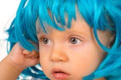 Śliczny i Elegancki Mały dzieciak w galanteryjnej peruki fryzurze Małej dziecko odzieży peruki błękitny włosy Uroczy małe dziecko zdjęcia royalty free