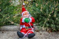 Śliczny i ono uśmiecha się Santa obsiadanie po środku ogródu Obraz Royalty Free