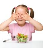śliczny je dziewczyny warzywa małego sałatkowego Obrazy Royalty Free