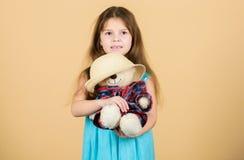 Śliczny kiedykolwiek Czuli doczepiania Małej dziewczyna chwyta misia mokietu zabawki słomiany kapelusz W miłości z ślicznym misie obrazy royalty free