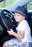 Śliczny kierowca w błękitnym kapeluszu siedzi w samochodzie obrazy royalty free