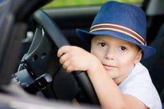 Śliczny kierowca w kapeluszu w samochodzie obraz stock