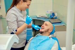 Śliczny kobieta dentysta sprawdza zęby jej pacjent w stomatologicznym Obrazy Royalty Free