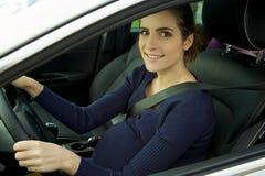 Śliczny kobieta w ciąży obsiadanie w samochodowego jeżdżenia uśmiechniętej przyglądającej kamerze Zdjęcia Stock