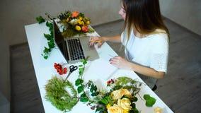 Śliczny kwiecisty dziewczyn uses laptop znajdować więcej informację o przepływie Obrazy Stock