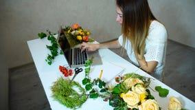Śliczny kwiecisty dziewczyn uses laptop znajdować więcej informację o przepływie Zdjęcie Royalty Free
